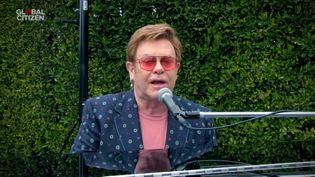 """Le chanteur Elton John chez lui pendant le concert solidaire """"One World : Together At Home"""" en soutien à l'OMS, le 18 avril 2020.  (GETTY IMAGES / GETTY IMAGES NORTH AMERICA)"""