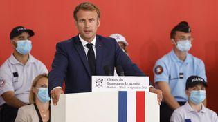 Le chef de l'Etat Emmanuel Macron en visite à l'école de police de Roubaix (Nord) pour la clôture du Beauvau de la sécurité, le 14 septembre 2021.    (LUDOVIC MARIN / POOL)