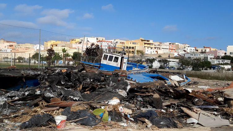 Sur l'île de Lampedusa, des barques de migrants ont été incendiées. (BRUCE DE GALZAIN / RADIO FRANCE)