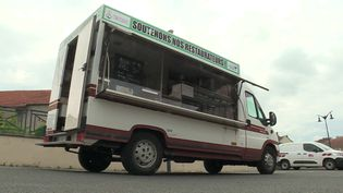 Le food-truck s'est installé sur la place du village à Bettborn en Moselle (France 3 Nancy)