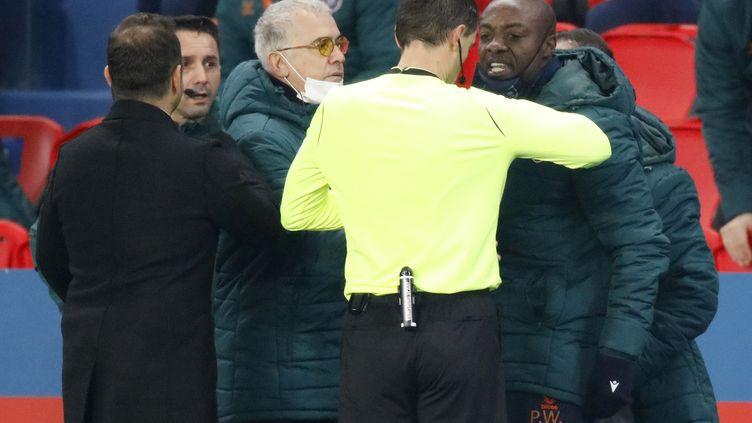 Pierre Achille Webo s'adresse à l'arbitre du match, le Roumain Ovidiu Hategan, le 8 décembre 2020 au Parc des Princes, à Paris. (CHARLES PLATIAU / REUTERS)