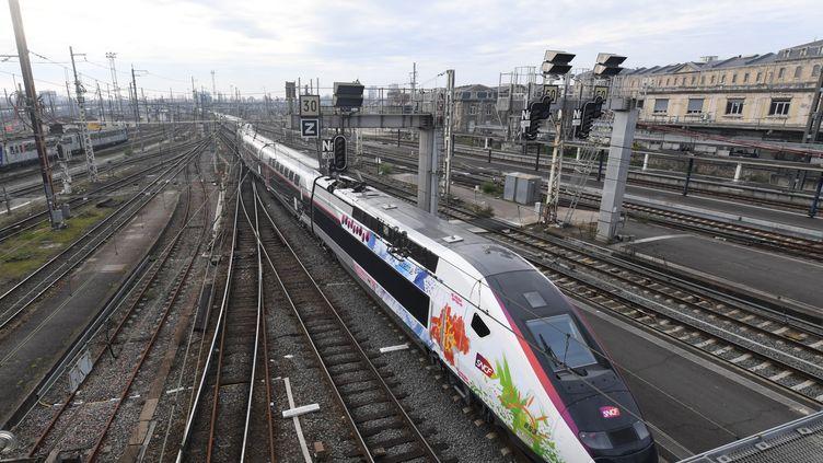 L'Océane, le nouveau TGV qui reliera Paris et Bordeaux en 2 heures, lors de son inauguration le 11 décembre 2016 (MEHDI FEDOUACH / AFP)