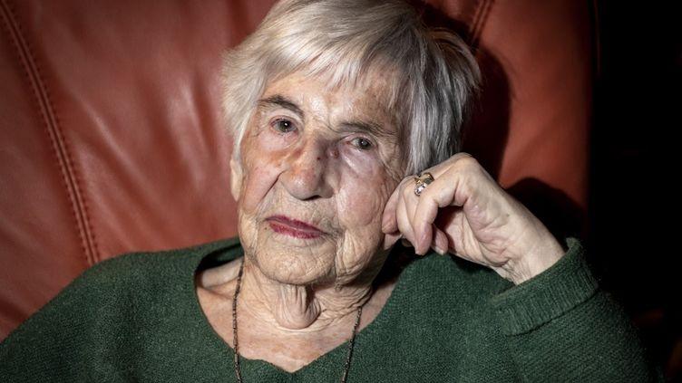 Esther Bejarano,survivante de l'orchestre des femmes d'Auschwitz,lors d'une interview dans son appartement à Hambourg, en Allemagne, le 8 décembre 2019. (AXEL HEIMKEN / DPA / AFP)