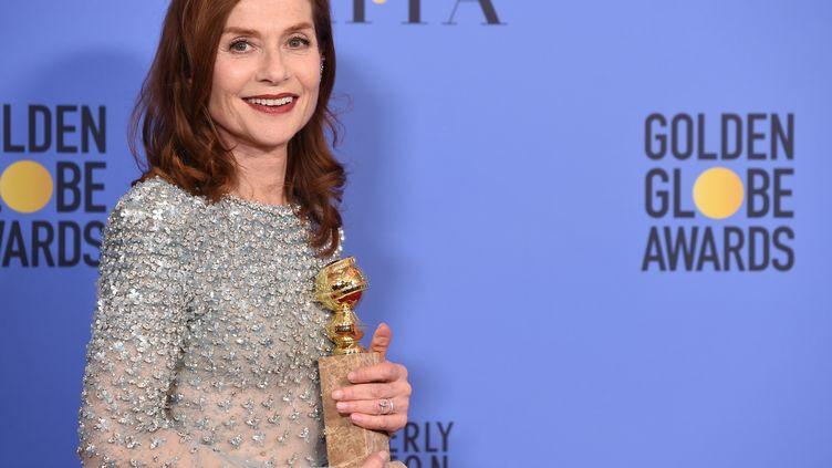 """L'actrice Isabelle Huppert a remporté le Golden Globe de la meilleure actrice dramatique pour son rôle dans """"Elle"""", le 8 janvier 2017 à Los Angeles (Californie, Etats-Unis). (ROBYN BECK / AFP)"""
