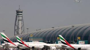 Des avions de la compagnie Emirates Airlines sur le tarmac de l'aéroport de Dubaï, le 10 mai 2016. (ASHRAF MOHAMMAD ALAM / REUTERS)