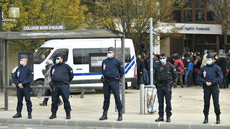 Des policiers devantle collège du Bois d'Aulne, à Conflans-Sainte-Honorine (Yvelines), le 17 octobre 2020. (BERTRAND GUAY / AFP)