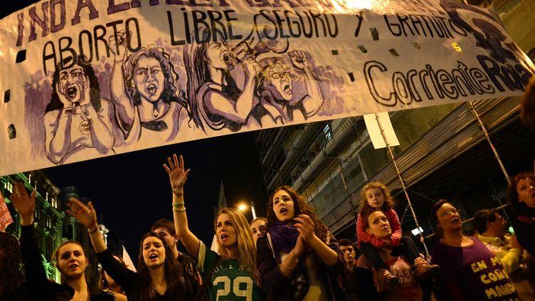 Une manifestation organisée à Madrid (Espagne)le 8 mars 2014contre le projet de loi qui visait à restreindre le droit à l'avortement. (JAVIER SORIANO / AFP)
