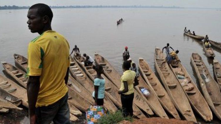 Les berges de l'Oubangui. Des Centrafricains prêts à traverser pour passer en république démocratique du Congo, sur l'autre rive. (ISSOUF SANOGO / AFP)