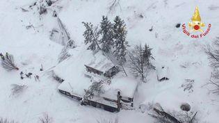 Vue aérienne de l'hôtel pris dans une avalanche à Farindola (Italie), le 19 janvier 2017. (REUTERS)