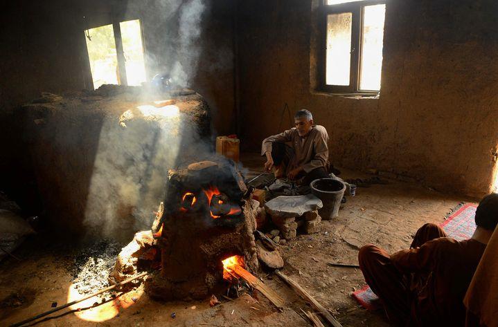 Un artisan au travail dans l'atelier de Herat (25 avril 2018)  (Hoshang Hashimi / AFP)