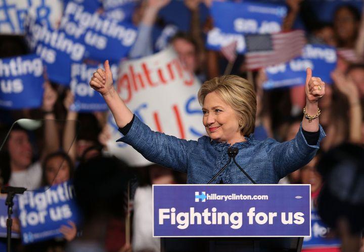 Hillary Clinton, candidate aux primaires démocrates, remercie ses supporters à Palm Beach, en Floride (Etats-Unis), le 15 mars 2016. (JOE RAEDLE / GETTY IMAGES NORTH AMERICA / AFP)
