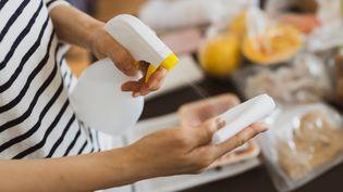 """Les produits ménagers s'améliorent. """"60 Millions de consommateurs"""" avec son outil d'évaluation Menag' Score a testé 48 produits. (Illustration) (SUSUMU YOSHIOKA / DIGITAL VISION / GETTY IMAGES)"""
