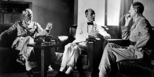 De Gaulle (à droite) à Beyrouth en 1941 avec le président libanais (au centre) et le représentant britannique (à gauche). (AFP)