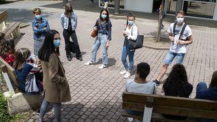 Des lycéens masqués à Nantes (photo d'illustration). (OLIVIER LANRIVAIN / MAXPPP)