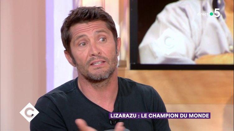 """Bixente Lizarazu sur le plateau de l'émission """"C à vous"""", le 24 mai 2018. (FRANCE 5)"""