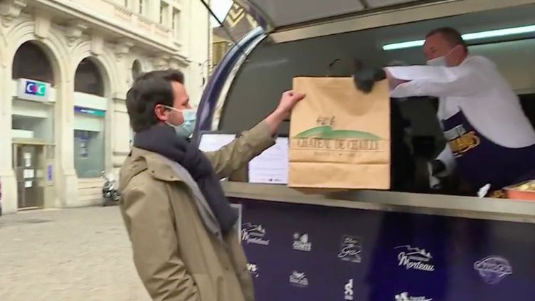 Un foodtruck sillonne les villes de l'est de la France pour proposer aux étudiants des menus préparés par des chefs renommés à un prix défiant toute concurrence. Une partie des profits est reversée à des associations étudiantes. (FRANCE 3)