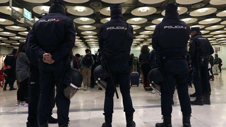 Des policiers espagnols à Madrid, le 9 décembre 2018. (SERGIO PEREZ / REUTERS)
