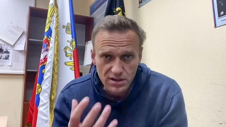 Capture d'écran d'une vidéo YouTube, dans laquelle l'opposant russe Alexeï Navalny s'exprime en attendant une audience au tribunal dans un poste de police de Khimki, près de Moscou, le 18 janvier 2021. (NAVALNY TEAM YOUTUBE PAGE / AFP)