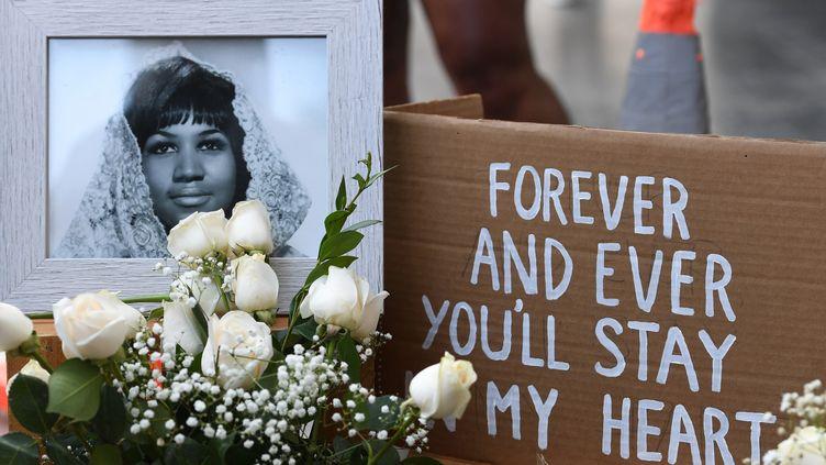 Des fleurs posées sur l'étoile d'Aretha Franklin sur le Hollywood Walk of Fame dès le 16 août, après l'annonce de son décès.  (Mark RALSTON / AFP)