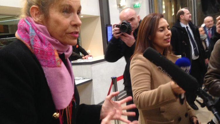 Frigide Barjot répond aux questions des journalistes, à la Maison de la Chimie, à Paris, dimanche 27 novembre. (MARGAUX DUGUET / FRANCEINFO)