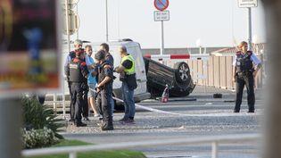 Des policiers patrouillent après l'attaque deCambrils (Espagne), le 18 août 2017. (TJERK VAN DER MEULEN / DPA)