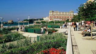 """Située dans la zone rouge dite de """"protection renforcée"""", la promenade de la grande plage de Biarritz (Pyrénées-Atlantiques) sera fermée au public pendant le sommet du G7. (PHILIPPE ROY / AFP)"""