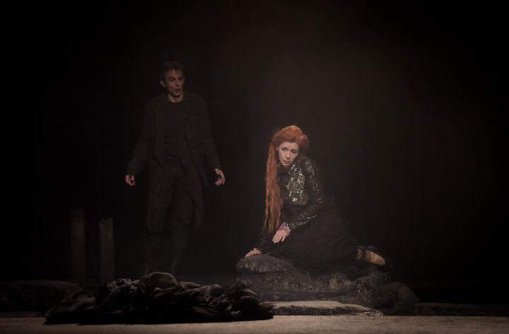 Pelléas (Jean-Sébastien Bou) et Mélisande (Patricia Petibon) dans la brume du plateau du Théâtre des Champs-Elysées.  (Vincent Pontet)