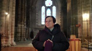 Paulette, une paroisienne qui célèbre les obsèques à l'église Notre-Dame de l'Assomption sur la commune de la Souterraine dans la Creuse et rassure les fidèles angoissés par le confinement, le 18 mars 2020. (ERIC AUDRA / RADIO FRANCE)