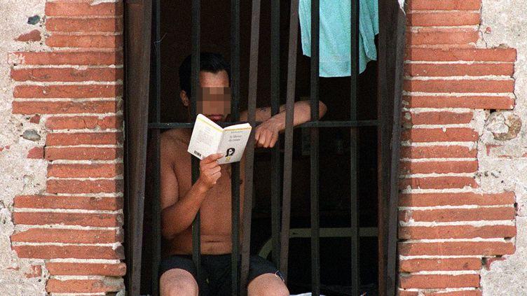 Un détenu de la maison d'arrêt de Saint-Michel de Toulouse, 24 septembre 1992. (GABRIEL BOUYS / AFP)