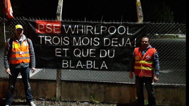 Au lendemain du premier tour de la présidentielle, lundi 24 avril 2017, des salariés de Whirlpool à Amiens, organisent un piquet de grève, alors que le site doit fermer en juin 2018. (RADIO FRANCE / MATHILDE LEMAIRE)