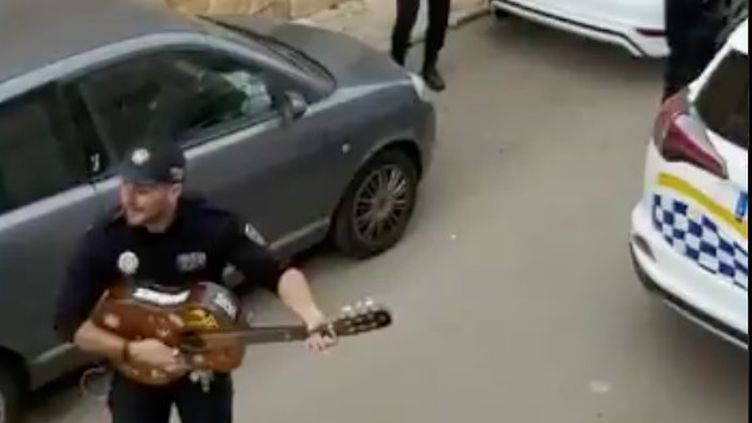 Des policiers espagnols dansent et chantent dans la rue. (CAPTURE D'ECRAN TWITTER)