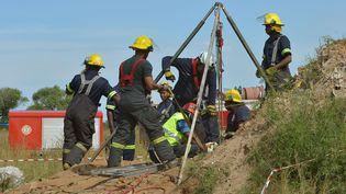 Opération de secours de11 mineurs illégaux le 16 février 2014 à Johannesburg. (ALEXANDER JOE / AFP)