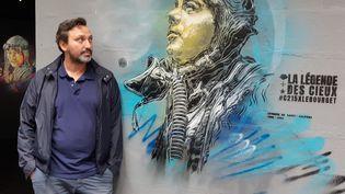 Le street-artist Christian Guémy (C215), lors d'une exposition au musée de l'Air et de l'Espace du Bourget, le 25 septembre 2019. (HAJERA MOHAMMAD / FRANCE-BLEU PARIS)