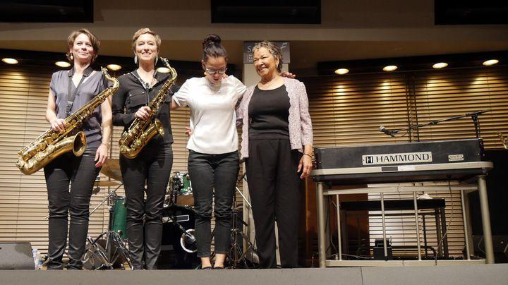 Rhoda Scott (à droite) et son Lady Quartet, juste après avoir joué trois morceaux de leur répertoire : les saxophonistes Sophie Alour et Lisa Cat-Berro, la batteuse Julie Saury (25 octobre 2018)  (Annie Yanbékian / Culturebox)