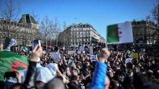 Des manifestants protestent place de la République à Paris contre une nouvelle candidature à la présidentielle d'Abdelaziz Bouteflika en Algérie, le 24 février 2019. (STEPHANE DE SAKUTIN / AFP)