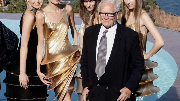 Pierre Cardin entouré de mannequins au Palais Bulles pour la présentation de la collection printemps-été 2009, en octobre 2008. (BEBERT BRUNO [/S / SIPA)