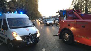 La police met en place un filtrage sur l'A4 au niveau de Charenton-Le-Pont (Val-de-Marne), lundi6 novembre 2017, en attendant l'arrivée de forainsvenus protester contre la fermeture du marché de Noël des Champs-Elysées. (MATTHIAS SECOND / FRANCE TELEVISIONS)