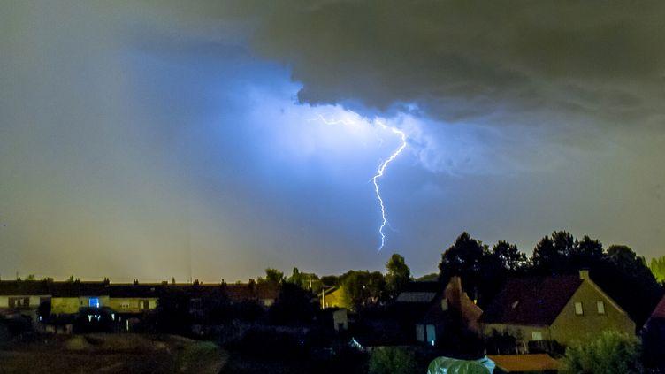Un orage frappe la ville de Godewaersvelde, dans le nord de la France, le 18 juillet 2014. (PHILIPPE HUGUEN / AFP)