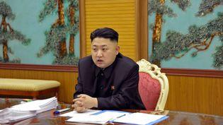 Photo non datée et non localisée du dirigeant de la Corée du Nord, Kim Jong-un, lors d'une réunion. Le cliché a été diffusé le 27 janvier 2013 par l'agence officielle nord-coréenne KCNA. (AP / SIPA)