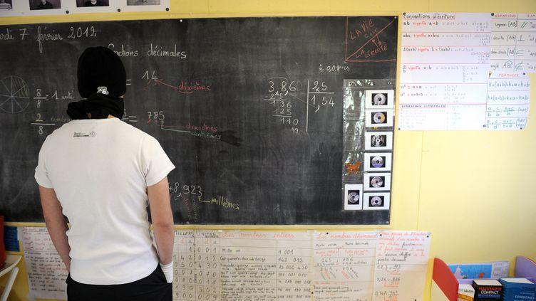 Une salle de classe d'un centre éducatif fermé en périphérie de Valence (Drôme), en 2012. (PHILIPPE DESMAZES / AFP)