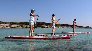 Des touristes pratiquent le paddle vers Bonifacio (Corse). (PASCAL POCHARD-CASABIANCA / AFP)