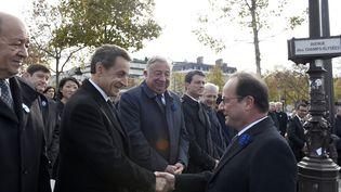 François Hollande salue Nicolas Sarkozy lors des commémorations du 11-Novembre, à Paris, le 11 novembre 2015. (ERIC FEFERBERG / AFP)