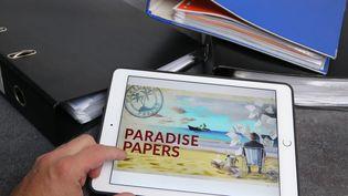 """Une tablette avec l'image """"Paradise Papers"""". (MAXPPP)"""