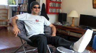 Edouard Bineau en tenue de scène ! Bonnet obligatoire, lunettes noires (au choix) et attelle ! (29/8/2012)  (Annie Yanbékian)