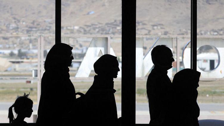 Des passagers embarquent dans un avion de la compagnie Pakistan International Airlines, à Kaboul (Afghanistan), le 13 septembre 2021. (KARIM SAHIB / AFP)