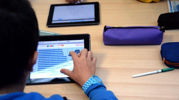 """""""Beaucoup de foyers, beaucoup d'enfants n'ont pas d'outils numériques pour suivre les cours à distance donnés par leurs professeurs"""", expliqueAbdallah Boudour, président de l'association """"La dictée pour Tous"""".        (DAMIEN MEYER / AFP)"""