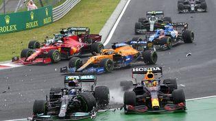 Sur une piste glissante en Hongrie, Valttteri Bottas (Mercedes) éperonne Sergio Perez (Red Bull) au premier virage du Grand Prix, le 1er août, entraînant plusieurs abandons. (DARKO BANDIC / AP)
