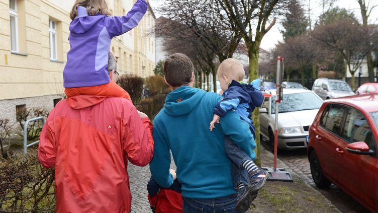 Un couple d'hommes avec deux enfants (illustration). (JENS KALAENE / ZB)