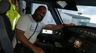 L'ancien champion de boxe Tarik Sahibeddine dans le cockpit de l'avion à l'aéroport de Roissy-Charles de Gaulle, vendredi 24 août 2018. (Tarik Sahibeddine)
