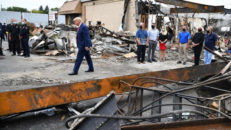 Le président américain, Donald Trump, se rend sur les lieux des émeutes qui ont éclaté à Kenosha (Wisconsin), le 1er septembre 2020. (MANDEL NGAN / AFP)